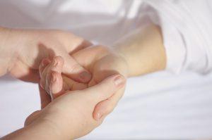 リウマチによる手首の痛み